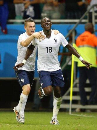 <p> Moussa Sissoko (v) und Mathieu Debuchy jubeln ausgelassen über das zwischenzeitliche 5:0 der Franzosen gegen die Schweiz. Die Partie endete schlussendlich 5:2. Foto:&nbsp;Guillaume Horcajuelo<br /> 20.06.2014 (dpa)</p>
