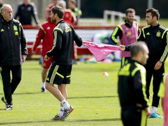<p> Offenbar gibt es nach dem WM-Aus bei den Spaniern auch Streit im Training. Zumindest können sich Xabi Alonso (M.) und Cesc Fabregas (r) nicht einigen, wer das Trainingsleibchen bekommt. Foto:&nbsp;Juanjo Martin<br /> 21.06.2014 (dpa)</p>