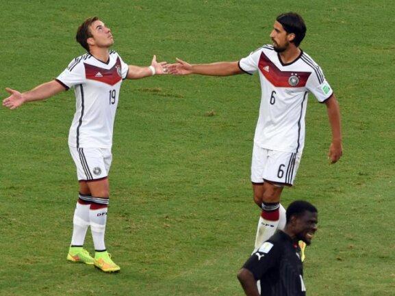 <p> Sami Khedira (r) gratuliert Mario Götze zum Tor. Foto: Marcus Brandt<br /> 21.06.2014 (dpa)</p>