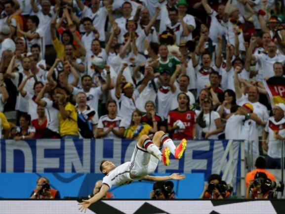 <p> Rekord eingestellt: Miroslav Klose feierte seinen 15. Treffer bei einer Weltmeisterschaft mit einem Salto. Foto: Sergey Dolzhenko<br /> 21.06.2014 (dpa)</p>