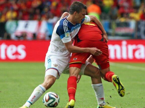 <p> Russlands Maxim Kannunikow (l) scheint Belgiens Toby Alderweireld den Po versohlen zu wollen. Foto: Oliver Weiken<br /> 22.06.2014 (dpa)</p>