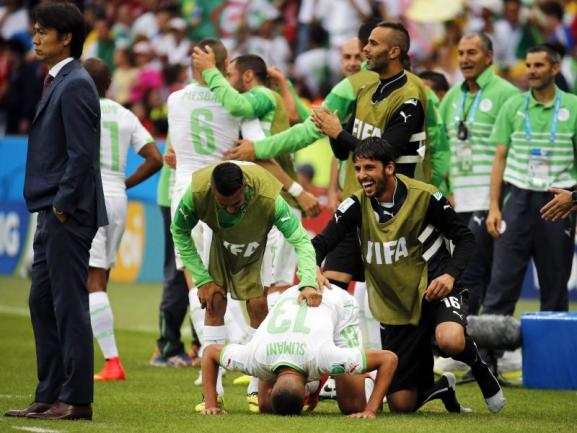 <p> Islam Slimani (M.) betet nach seinem Treffer beim 4:2-Sieg der Algerier gegen Südkorea. Foto: Armando Babani<br /> 22.06.2014 (dpa)</p>