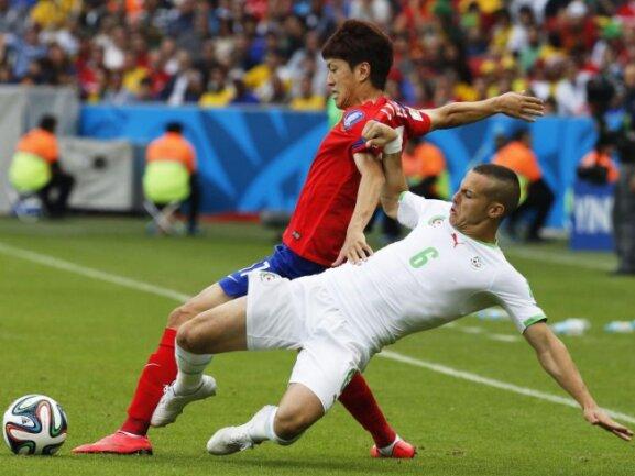 <p> Der Südkoreaner Lee Chung Yong (l) behauptet den Ball nur schwerlich gegen den Algerier Djamel Mesbah. Foto:&nbsp;Armando Babani<br /> 22.06.2014 (dpa)</p>