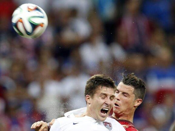 <p> Bei den tropischen Temperaturen in Manaus spritze bei Cristiano Ronaldo (r) und dem Amerikaner Matt Besler der Schweiß. Foto: Jeon Heon-Kyun<br /> 23.06.2014 (dpa)</p>