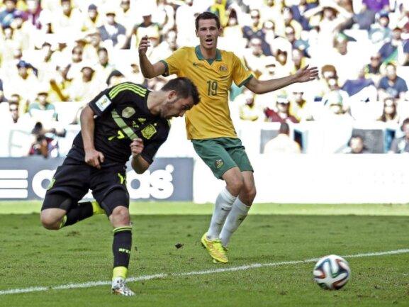 <p> Mit der Hacke erzielt Spaniens Schlitzohr David Villa (l) das 1:0 gegen Australien. Foto: Antonio Lacerda<br /> 23.06.2014 (dpa)</p>