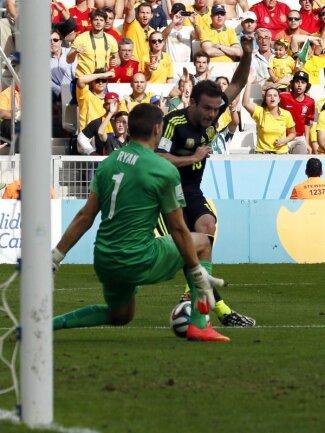 <p> Juan Mata (r) lässt Keeper Mathew Ryan kein Chance. Das 3:0 war der Schlusspunkt in der Partie Spanien gegen Australien. Foto: Rungroj Yongrit<br /> 23.06.2014 (dpa)</p>