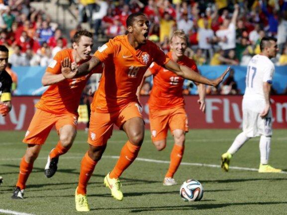 <p> Joker Leroy Fer gelang mit einem schönen Kopfballtreffer das wichtige 1:0 für die Niederlande. Foto:&nbsp;Tolga Bozoglu<br /> 23.06.2014 (dpa)</p>