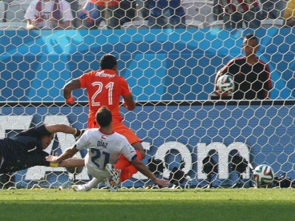 <p> Memphis Depay erzielt für Niederlande den Endstand. Der Torschütze war erst kurz zuvor eingewechselt worden. Foto:&nbsp;Diego Azubel<br /> 23.06.2014 (dpa)</p>