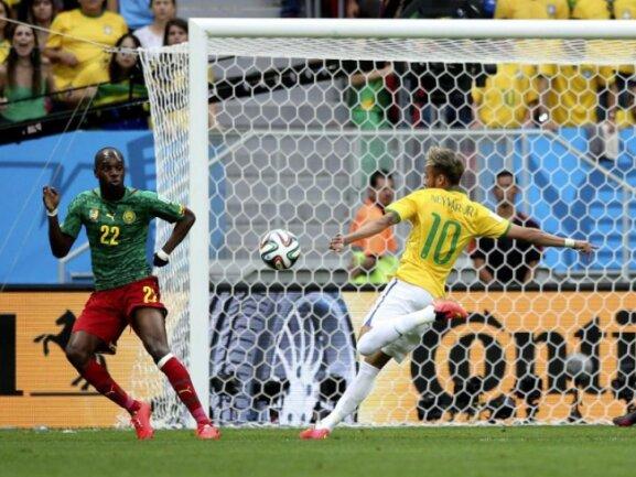 <p> Immer wieder testet Neymar die Kameruner Defensive. Foto:&nbsp;Fernando Bizerra Jr.<br /> 23.06.2014 (dpa)</p>