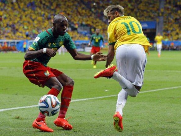 <p> Andere machen Hackentricks, Neymar zaubert. Kameruns Vincent Aboubakar kann nur staunend zuschauen. Foto:&nbsp;Robert Ghement<br /> 24.06.2014 (dpa)</p>