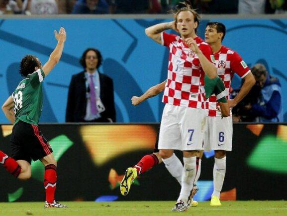 <p> Während der Mexikaner Andres Guardado im Hintergrund das 2:0 bejubelt, stehen die Kroaten um Ivan Rakitic konsterniert auf dem Platz. Foto: Kai Foersterling<br /> 24.06.2014 (dpa)</p>
