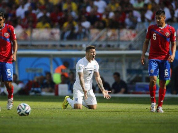 <p> Auch die junge Reserve-Truppe, die Roy Hodgson ins Spiel geschickt hatte, konnte gegen Costa Rica nichts gut machen. Jack Wilshere regt sich nur über den Referee auf. Foto: Felipe Trueba<br /> 24.06.2014 (dpa)</p>