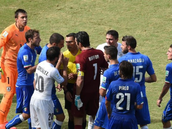 <p> Nach der überraschenden Roten Karte gegen Claudio Marchisio bildet sich ein Rudel. Foto:&nbsp;Vassil Donev<br /> 24.06.2014 (dpa)</p>