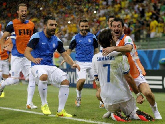 <p> Griechenland steht erstmals im WM-Achtelfinale. Matchwinner Georgios Samaras wird von seinen Teamgefährten gebührend gefeiert. Foto:&nbsp;Sergey Dolzhenko<br /> 25.06.2014 (dpa)</p>