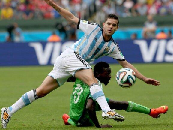 <p> Akrobatisch oder doch eher unbeholfen? Fernando Gago im Nahkampf mit Juwon Oshaniwa aus Nigeria. Foto: Mohamed Messara<br /> 25.06.2014 (dpa)</p>