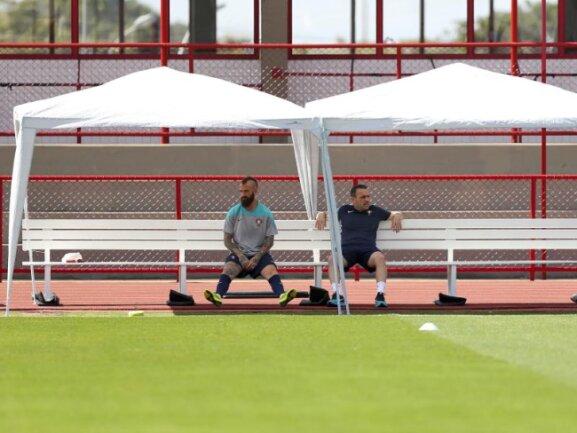 <p> So richtig Lust auf Training scheinen Portugals Trainer Paulo Bento (r) und Raul Meireles nicht mehr zu haben. Vielleicht drücken die geringen Chancen auf ein Achtelfinale dann doch den Elan. Foto:&nbsp;Jose Sena<br /> 25.06.2014 (dpa)</p>