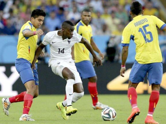 <p> Blaise Matuidi (M) nimmt es mit drei Gegenspielern aus Ecuador auf. Foto: Antonio Lacerda<br /> 25.06.2014 (dpa)</p>