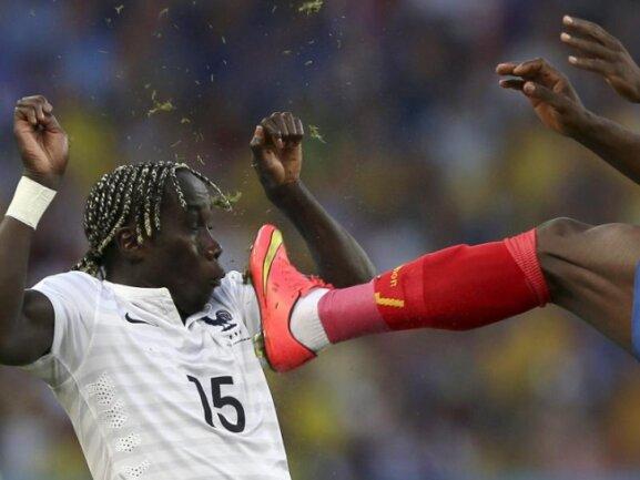 <p> Frankreich Bacary Sagna kann dem hohen Bein seines Gegenspielers gerade so noch ausweichen. Foto: Marcelo Sayao<br /> 25.06.2014 (dpa)</p>