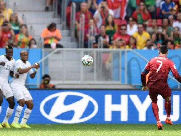 <p> <b>Distanz</b><br /> Portugals Cristiano Ronaldo (r) versuchte es gegen Ghana immer wieder aus der Distanz, hier beim&nbsp;Freistoß. Foto: Marius Becker<br /> 26.06.2014 (dpa)</p>
