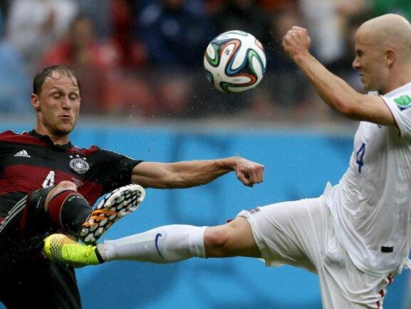 <p> <b>Karate</b><br /> Der deutsche Nationalspieler Benedikt Höwedes (l) und der Amerikaner Michael Bradley gehen ohne Rücksicht auf Verluste zum Ball. Foto: Juri Koschetkow<br /> 26.06.2014 (dpa)</p>