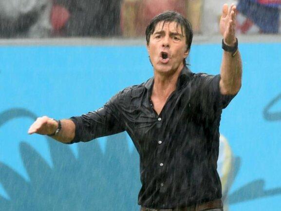 <p> <b>Feuchtgebiet</b><br /> Bundestrainer Joachim Löw gab gegen die USA alles. Auch der Platzregen in Recife störte ihn offenbar nicht. Foto: Marcus Brandt<br /> 26.06.2014 (dpa)</p>