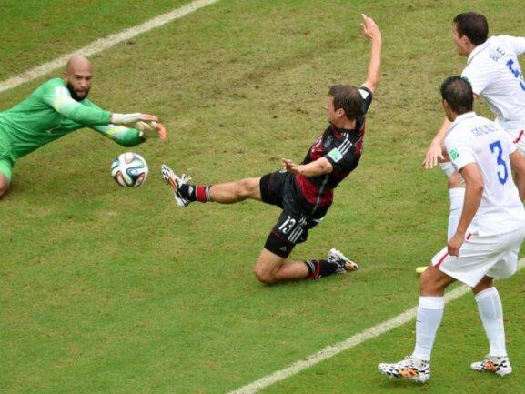 <p> <b>Zu spät</b><br /> Schon in den Anfangsminuten war Deutschland gegen die USA besser. Kurz nach seiner ersten Chance verpasste Thomas Müller (M.) eine Hereingabe, später traf er. Foto: Andreas Gebert<br /> 26.06.2014 (dpa)</p>
