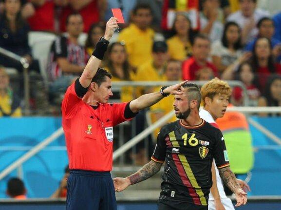 <p> <b>Rausschmiss</b><br /> Steven Defour (M.) kann es nicht fassen:&nbsp;Schiedsrichter Ben Williams schickt den Belgier nach einer gerechten Roten Karte vom Platz. Foto: Diego Azubel<br /> 26.06.2014 (dpa)</p>