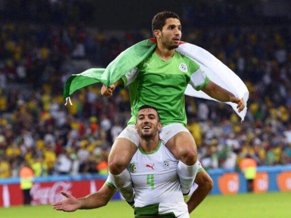 <p> <b>Stolz</b><br /> Algerien feiert: Dank des 1:1 gegen Russland stehen die &quot;Wüstenfüchse&quot; zum ersten Mal überhaupt im&nbsp;WM-Achtelfinale.&nbsp;Foto: Cj Gunther<br /> 27.06.2014 (dpa)</p>