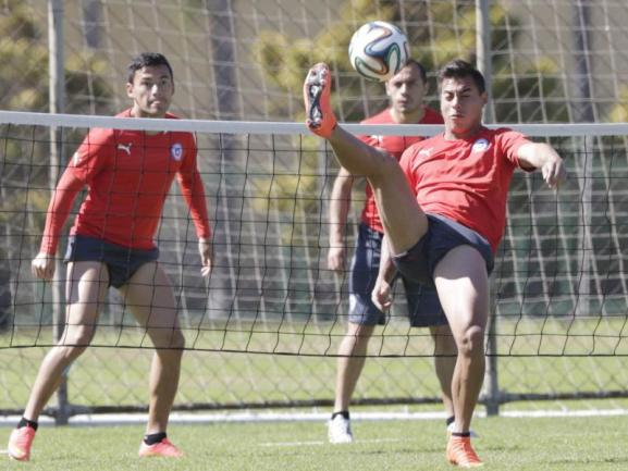 <b>Fußball-Tennis</b><br/>Die Chilenen üben einen Tag vor dem großenSpiel gegen Gastgeber Brasilien ein bisschen Fußball-Tennis.Foto: Lavandeira Jr<br/>27.06.2014 (dpa)