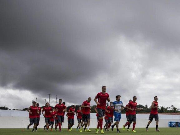 <b>Donnerwetter</b><br/>Die Schweizer Spieler trotzdem im Training den Witterungsbedingungen in Porto Seguro. Foto: Peter Klaunzer<br/>28.06.2014 (dpa)