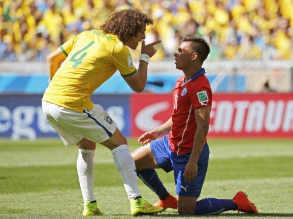 <b>Rüffel</b><br/>Brasiliens David Luiz (l) sagt Chiles Eduardo Vargas im Achtelfinale ordentlich die Meinung. Foto:Jorge Zapata<br/>28.06.2014 (dpa)