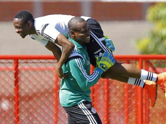<b>Huckepack</b><br/>Nigerias Torwart Vincent Enyeama nimmt seinen Kollegen Ahmed Musa im Training kurzerhand huckepack. Foto:Robert Ghement<br/>28.06.2014 (dpa)