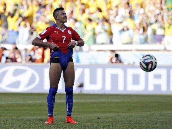<b>«Ay, ay, ay!»</b><br/>Der Chilene Alexis Sanchez würde sich wohl am liebsten die Hosen über die Ohren ziehen, nachdem Brasiliens Keeper Julio Cesar seinen Elfer gehalten hat. Foto: Jorge Zapata<br/>28.06.2014 (dpa)