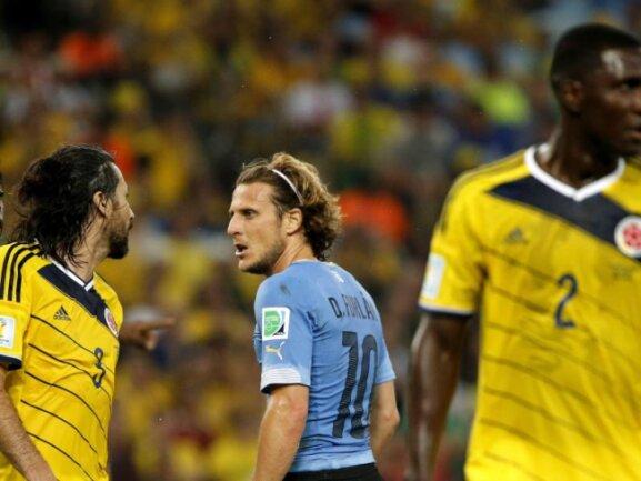 <b>Unscheinbar</b><br/>Diego Forlan (M) tritt beim Spiel gegen Kolumbien kaum in Erscheinung. Foto:Abedin Taherkenareh<br/>28.06.2014 (dpa)