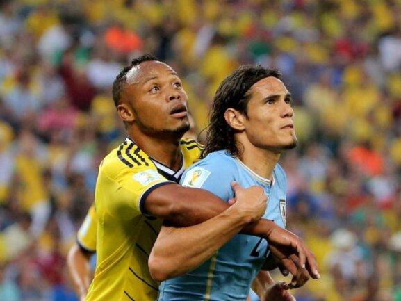 <b>Päckchen</b><br/>Kolumbiens Juan Zuniga (l) rückt Edinson Cavani von Uruguay auf die Pelle. Foto:Abedin Taherkenareh<br/>28.06.2014 (dpa)