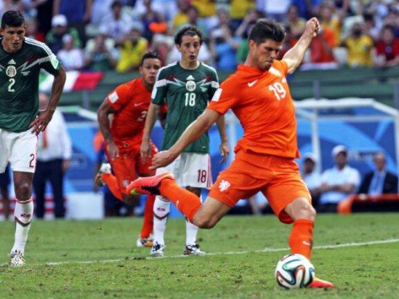 <b>Schuss ins Glück</b><br/>Klaas-Jan Huntelaar nimmt Anlauf und knallt den Elfmeter in die Maschen. Das war das 2:1 für die Niederlande in der Nachspielzeit des Achtelfinals gegen Mexiko und damit die Eintrittskarte in die Runde der besten Acht. Foto: Mauricio Duneas<br/>29.06.2014 (dpa)