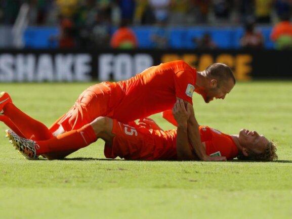 <b>Am Boden</b><br/>Die Niederländer Ron Vlaar (l) and Dirk Kuyt feiern den Viertelfinaleinzug auf dem Rasen Fortalezas. Foto: Sergey Dolzhenko<br/>29.06.2014 (dpa)