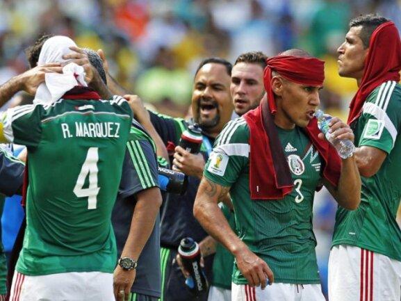 <b>Kühlpause</b><br/>Die Mexikaner Rafael Marquez (l), Carlos Salcido (M) und Co. erfrischen sich in der Kühlpause des Achtelfinals gegen die Niederlande. Foto:Julio Munoz<br/>29.06.2014 (dpa)