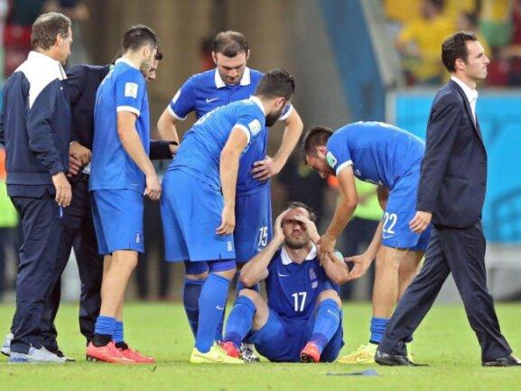 <b>Desaster</b><br/>Theofanis Gekas (M) hockt erschüttert am Boden. Der Grieche hat den entscheidenden Elfmeter gegen Costa Rica verschossen. Foto: Srdjan Suki<br/>30.06.2014 (dpa)