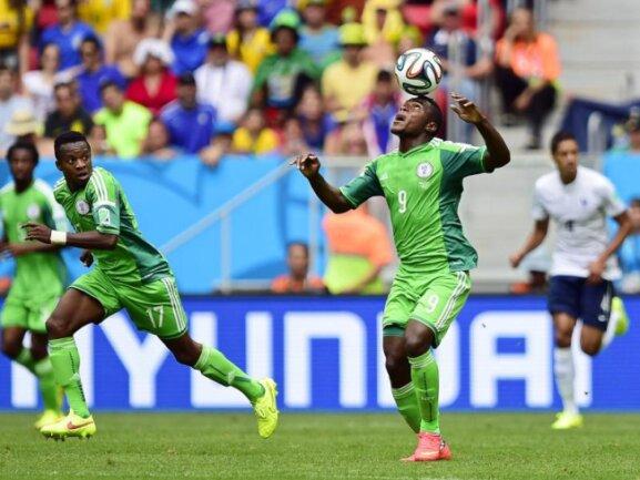 <b>Balanceakt</b><br/>Der Nigerianer Emmanuel Emenike (M) lässt den Ball auf seinem Kopf tanzen. Foto: Shawn Thew<br/>30.06.2014 (dpa)