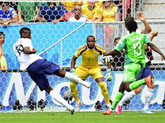 <b>Volley</b><br/>Paul Pogba (l) mit einer Direktabnahme. Vincent Enyeama parierte glänzend. Foto: Shawn Thew<br/>30.06.2014 (dpa)