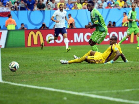 <b>Eigentor</b><br/>Der Ball trudelt ins Tor. Die Nigerianer Joseph Yobo (M) und Vincent Enyeama (r) müssen es tatenlos mitansehen. Foto: Shawn Thew<br/>30.06.2014 (dpa)