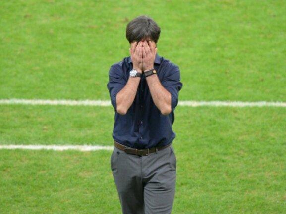 <b>Mitzittern</b><br/>Augen zu und durch: Bundestrainer Joachim Löw konnte gegen Algerien teilweise nicht hingucken. Foto:Thomas Eisenhuth<br/>01.07.2014 (dpa)