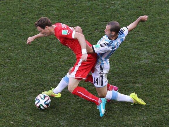 <b>Voller Einsatz</b><br/>Der Schweizer Fabian Lichtsteiner (l) kämpft mit dem Argentinier Javier Mascherano um den Ball. Foto:Ballesteros<br/>01.07.2014 (dpa)