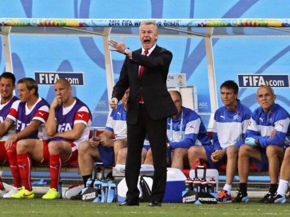 <b>Aufgeregt</b><br/>Ottmar Hitzfeld, der Trainer der Schweiz, versucht mit Zurufen das Spiel seines Teams zu leiten. Foto: Sebastiao Moreira<br/>01.07.2014 (dpa)