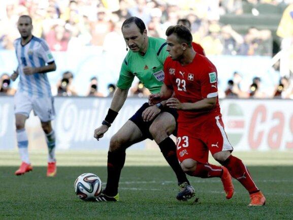 <b>Missverständnis</b><br/>Der will auch nur spielen: Referee Jonas Eriksson gerät nicht nur der Ball zwischen die Füße, er steht auch Xherdan Shaqiri im Weg. Foto:Tolga Bozoglu<br/>01.07.2014 (dpa)