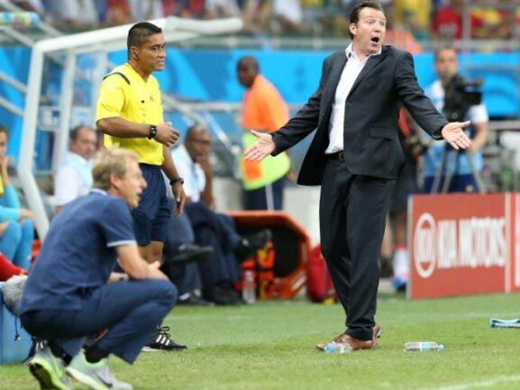 <b>Randerscheinung</b><br/>Die beiden Trainer Marc Wilmots (r) und Jürgen Klinsmann reagieren in ihren abgegrenzten Coaching-Zonen auf das Spielgeschehen. Foto: Srdjan Suki<br/>01.07.2014 (dpa)
