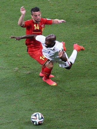 <b>Foul</b><br/>Der Belgier Dries Mertens (l) trennt DaMarcus Beasley mit einem Foul vom Ball. Foto: Ali Haider<br/>01.07.2014 (dpa)
