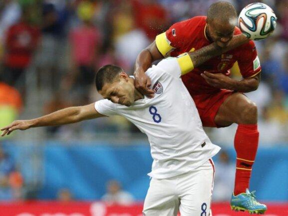 <b>Aufsitzer</b><br/>Beim Kampf um den Ball hat Clint Dempsey (8) eine schwere Last zu tragen: Der Belgier Vincent Kompany sitzt ihm förmlich im Nacken. Foto:Guillaume Horcajuelo<br/>01.07.2014 (dpa)