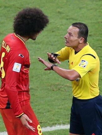 <b>Basta!</b><br/>Schiedsrichter Djamel Haimoudi gibt dem Belgier Marouane Fellaini zu verstehen, dass die Diskussion beendet ist. Foto: Ali Haider<br/>01.07.2014 (dpa)